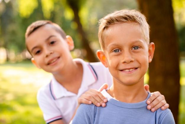 Kleine jongens die voor de camera glimlachen