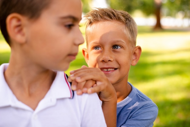 Kleine jongens kijken elkaar aan