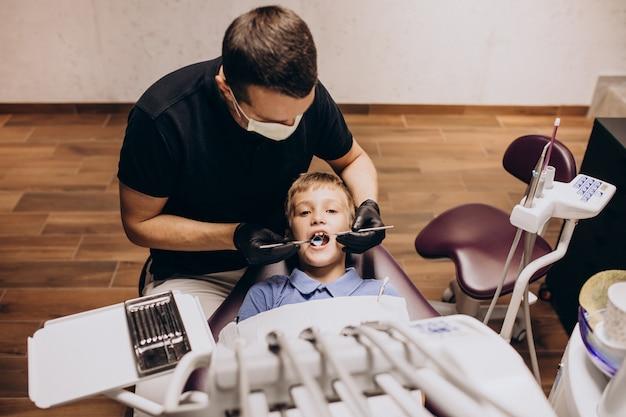 Kleine jongenspatiënt bij tandarts