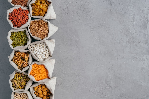 Kleine jutezakken met amandel, kikkererwten, walnoten, boekweit, rozijnen, goji