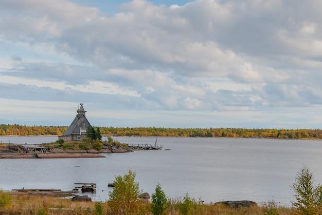 Kleine kerk aan de oever van het meer