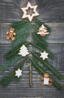 Kleine kerstboom op het hout