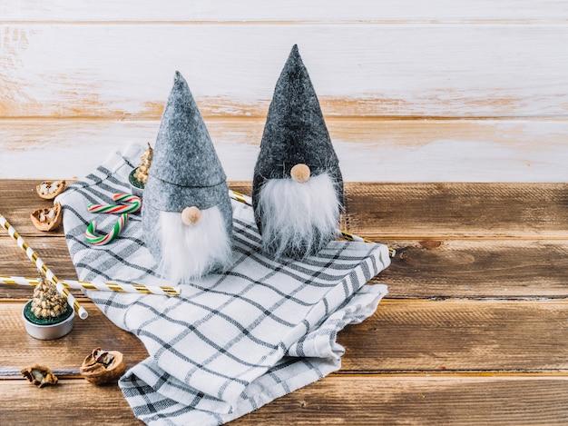 Kleine kerstelf met snoepriet op tafel