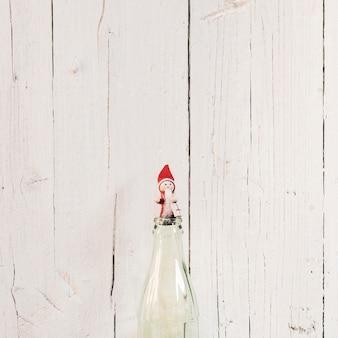 Kleine kerstman met witte houten achtergrond