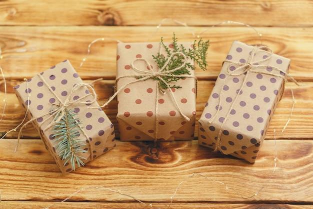 Kleine kerstmisgiften op houten achtergrond, mening van hierboven