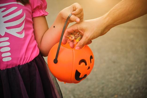 Kleine kinderen bedriegen of behandelen op halloween