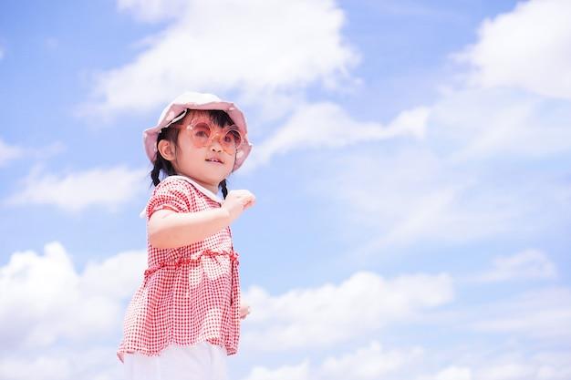 Kleine kinderen heffen hun armen naar de hemel