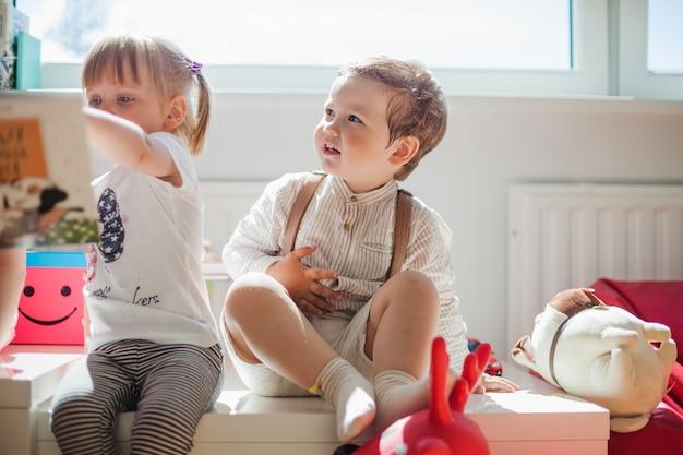 Kleine kinderen in de kleuterschool