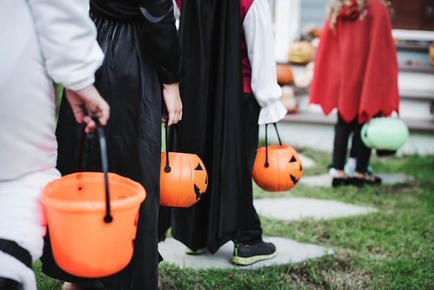 Kleine kinderen in kostuums van halloween