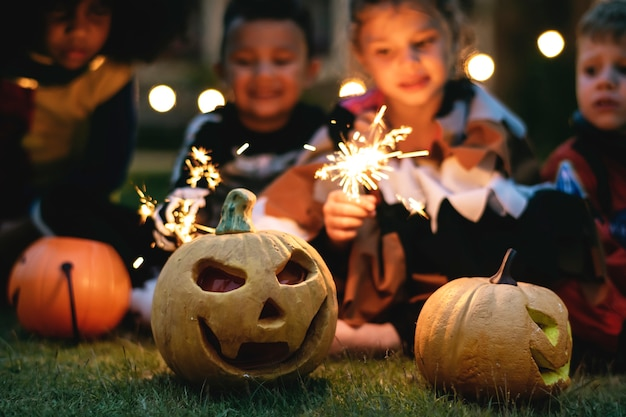Kleine kinderen op een halloween-feest