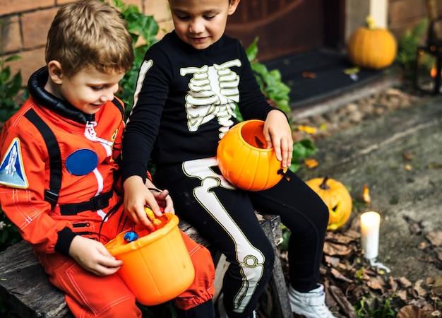 Kleine kinderen op halloween-feest