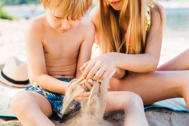 Kleine kinderen spelen op het strand