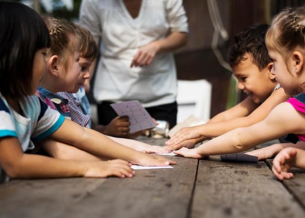 Kleine kinderen spelen samen recycle words-spel