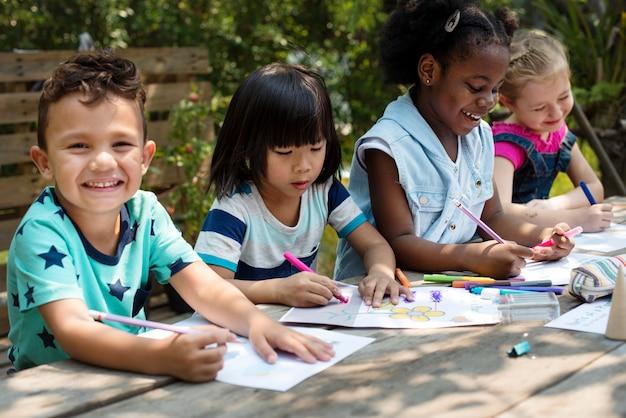 Kleine kinderen tekenen schilderij kunst samen
