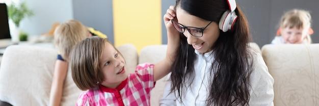 Kleine kinderen voorkomen dat hun moeder thuis laptopwerk doet