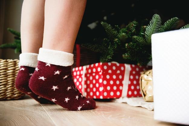 Kleine kindervoeten met sokken