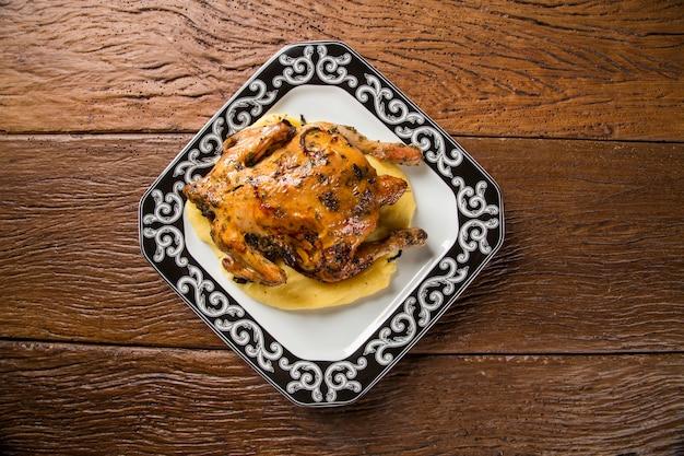Kleine kipschotel met polenta op houten tafel