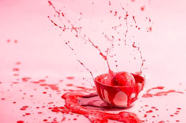 Kleine kop met rode verf abstracte achtergrond