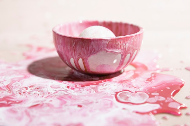 Kleine kop met roze verf abstracte achtergrond