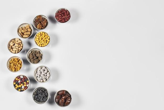 Kleine kopjes gevuld met noten arabische iftar-snoepjes en andere snacks