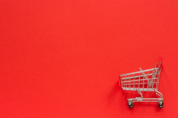 Kleine lege winkelwagentje op rood