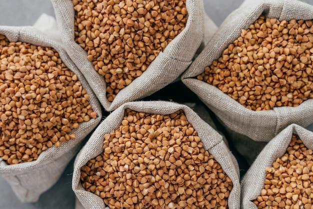 Kleine linnen zakjes gevuld met rauw boekweit voor gezond eten.