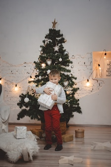 Kleine man met een geschenk in zijn handen