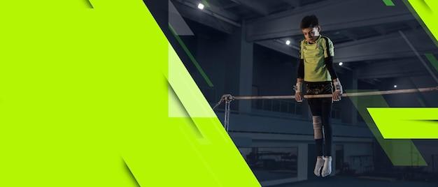 Kleine mannelijke atleet traint in de sportschool, doet krachtoefeningen, oefent sportman werkt aan haar boven- en onderlichaam. fitness, wellness, sport, gezond levensstijlconcept. flyer met copyspace.