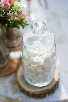 Kleine marshmallows in een glazen pot close-up