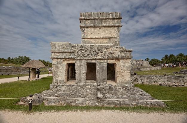Kleine maya-tempel van het tulum-complex in mexico