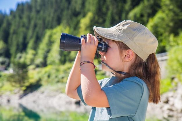 Kleine meisje wandelaar in de bergen