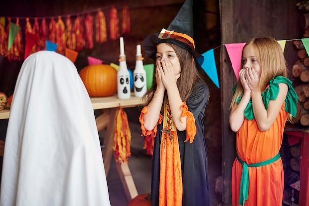 Kleine meisjes bang voor de geest