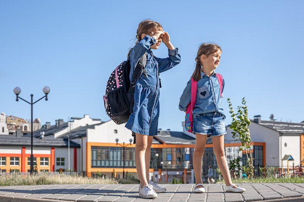 Kleine meisjes, basisschoolleerlingen na school, op weg naar huis.