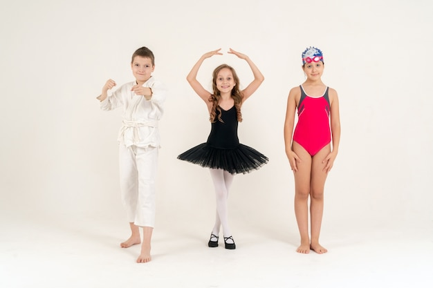 Kleine meisjes die verschillende sporten vertegenwoordigen
