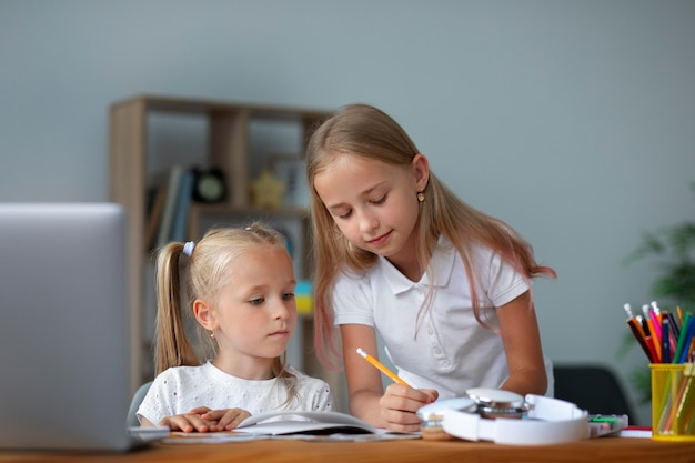 Kleine meisjes doen samen online school