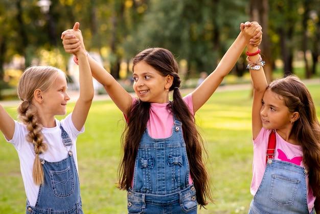 Kleine meisjes hand in hand in de lucht