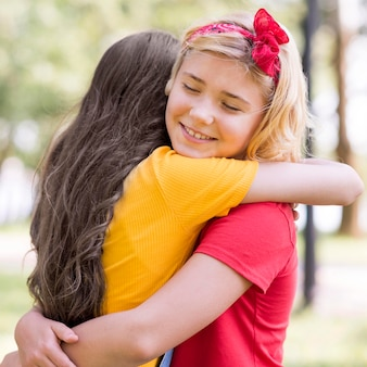 Kleine meisjes knuffelen op kinderdag