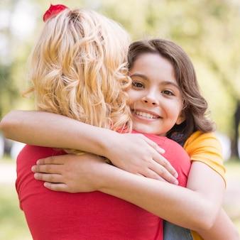 Kleine meisjes knuffelen