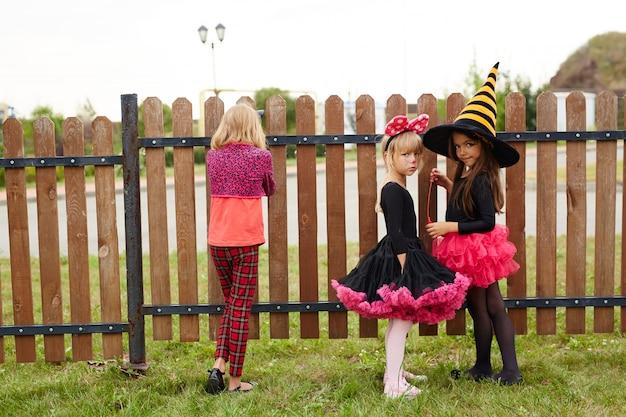Kleine meisjes met heksenkostuum