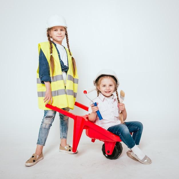 Kleine meisjes op de witte muur. bouw