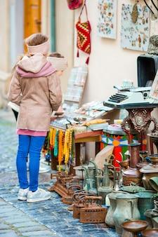 Kleine meisjes op een lokale markt in de oude stad in baku