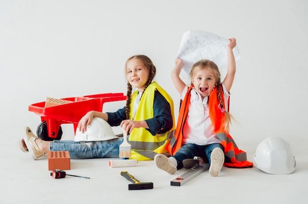 Kleine meisjes op het witte landschap. bouw