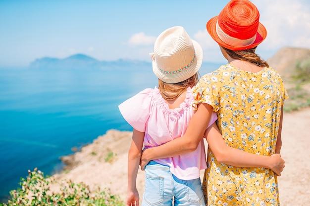 Kleine meisjes op zomervakantie in de bergen hebben plezier