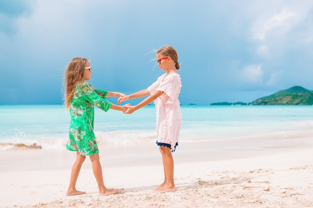 Kleine meisjes plezier genieten van vakantie op tropisch strand