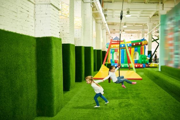 Kleine meisjes plezier in play center