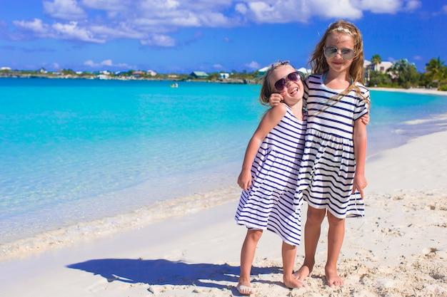Kleine meisjes plezier tijdens tropisch strandvakantie