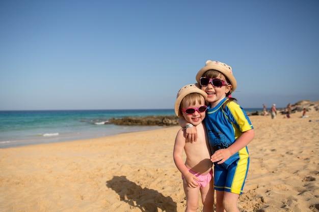 Kleine meisjes spelen op het strand, fuerteventura