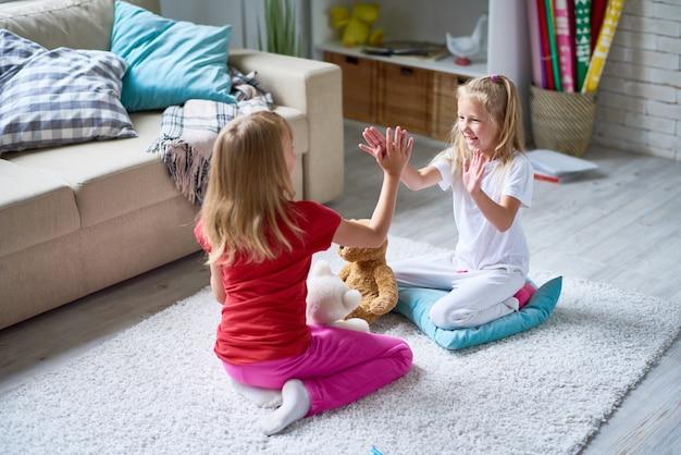 Kleine meisjes spelen pat-a-cake