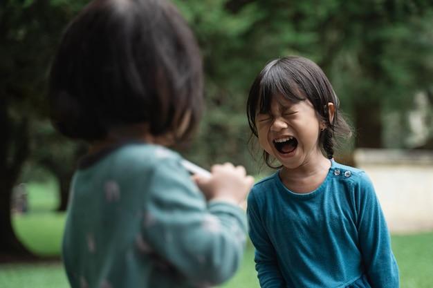 Kleine meisjes verdrietig en boos huilen