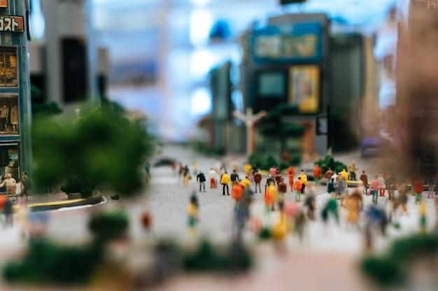 Kleine mensen of kleine mensen lopen door vele straten.